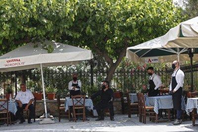 Гърция въвежда задължително носене на маски, Русия започва масова ваксинация през октомври