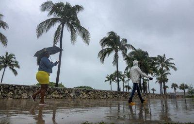 Тропическата буря Исая удря Флорида тази нощ