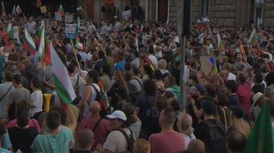 """21-и ден на антиправителствени протести - блокирани кръстовища и """"плаж"""" пред МС (ОБЗОР)"""