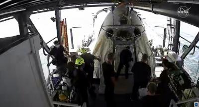 """Екипажът на """"Спейс Екс"""" се завърна успешно на Земята"""