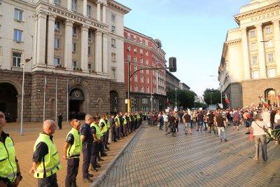 Организаторите на протестите свикват общонационален митинг пред МС