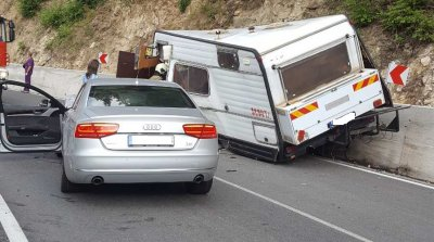 Двама мъже загинаха в катастрофа между автомобил и кемпер