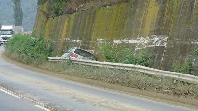 Кола се заклещи между мантинела и подпорна стена на Е-79 край Железница