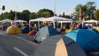 Блокадите в центъра на София остават. Цяла нощ протестиращи пазят палатковите лагери