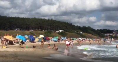 Плажът в Ахтопол - пренаселен с туристи