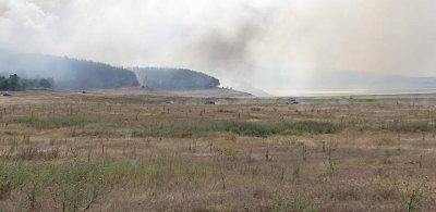 """Военни и вертолет """"Кугър"""" се включиха в гасенето на пожарите в Сливенско и Хасковско"""