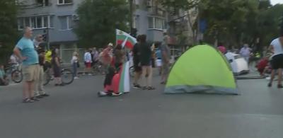 Протестиращите във Варна разпънаха палатки пред Общината