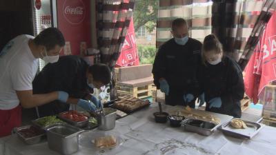 Деца с увреждания се учат да готвят в специално направена сладкарница