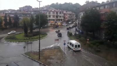 Гръмотевична буря в Асеновград: Наводнени улици и затруднено движение