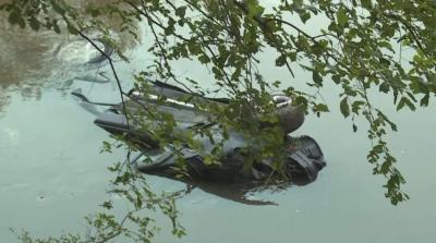 Кола падна в река Струма