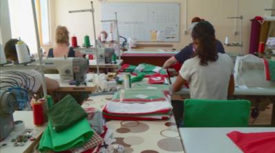Хора с увреждания шият в Пловдив български знамена за Съединението