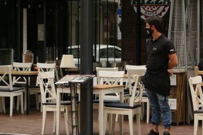 Заведенията настояват служителите на открито да работят без маски