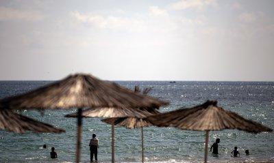 Ръст на заразените с COVID-19 в Гърция, разширяват обхвата на мерките