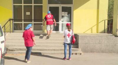 """Доброволци от БЧК помагат в дома за стари хора """"Възраждане"""" в Русе"""