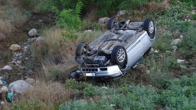 Автомобил се обърна по таван на пътя Симитли-Предел, двама души пострадаха