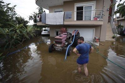 Две жертви на наводнения в Гърция, евакуират хора с лодки и хеликоптери