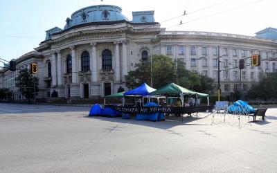 Протестиращите пред Ректората освобождават кръстовището, местят палатките пред МС