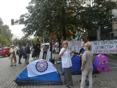 Медицински сестри разпънаха палатки пред Здравното министерство