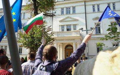 Липса на кворум в НС. Отвън - протест