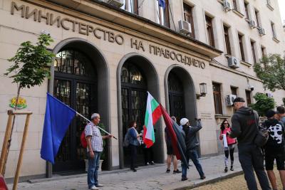 Протестиращи опитаха да влязат в Министерството на правосъдието, поискаха среща с Данаил Кирилов