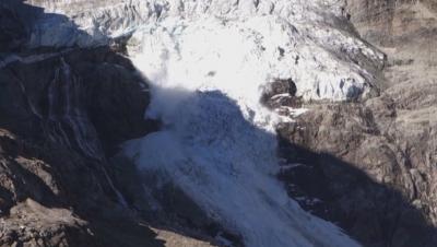 Ледник в швейцарските Алпи се разцепи на две