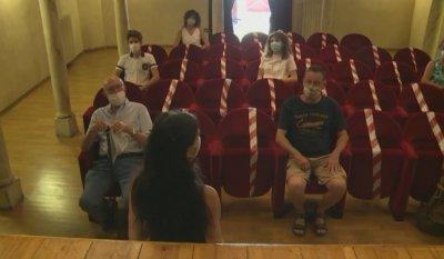 Само 9 души публика заради COVID-19 в най-малкия театър с света