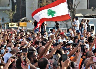 Протестиращи в Бейрут искат оставката и на президента
