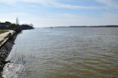 Издирват 13-годишно момче, скочило във водите на Дунав