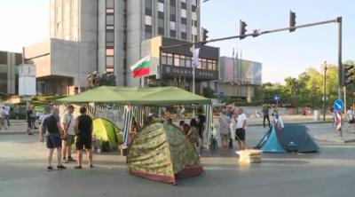 Блокадата на кръстовището пред Община Варна остава