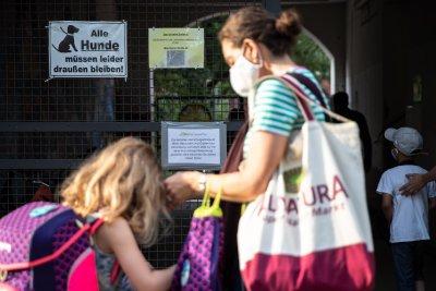 В училища в Германия ще изключват за неносене на маска