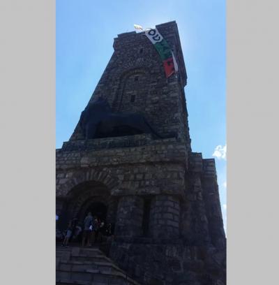 """Спуснаха от върха на паметника Шипка трибагреник с надпис """"ОСТАВКА"""""""
