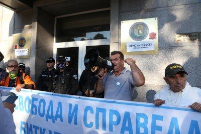 КПКОНПИ: Блокадата на сградата на комисията е нарушение на закона