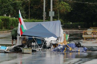 Дъждът наводни мазета и улици, вятърът събори шатрите на протестиращите при СУ