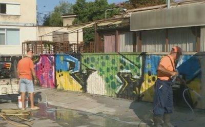 В Русе почистват графити от фасадите на сградите с нова машина