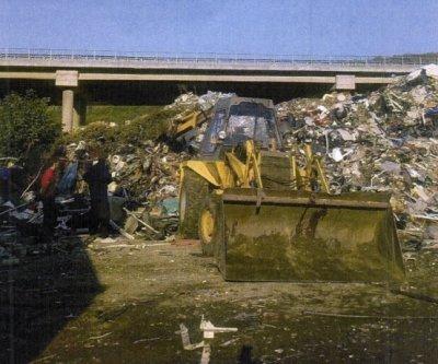 """Разчистват отпадъците под моста на магистрала """"Струма"""""""
