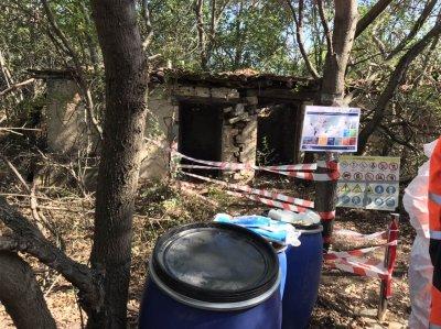 Над 3 тона опасни пестициди в складове без покрив в Старозагорско. Френски екип започна обезвреждането им