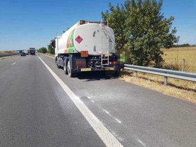 """Полицаи предотвратиха инцидент с цистерна по АМ """"Тракия"""", забелязали горяща гума"""
