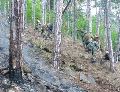 Хеликоптер и военни се включиха в гасенето на пожара край Карлово