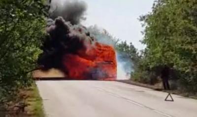 Вижте кадри от изгорелия на пътя автобус, превозващ военнослужещи