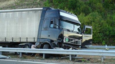 Катастрофа между два тира и цистерна блокира пътя Русе-Варна, няма пострадали