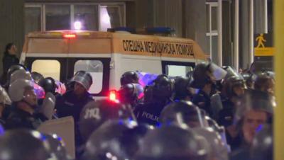 10 полицаи са ранени при сблъсъците, трима протестиращи са в болница