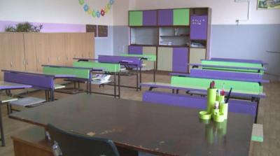 Как се подготвят за първия учебен ден в големите и по-малките училища в страната?