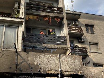 Голям пожар до жилищен блок в Сопот, по чудо няма пострадали
