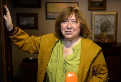 Кризата в Беларус: Маскирани опитаха да влязат в дома на писателката Светлана Алексиевич