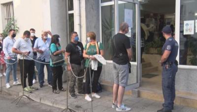 Огромни опашки се извиха пред паспортната служба в Хасково
