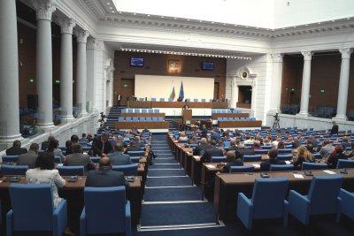 Парламентът събра кворум и започна работа