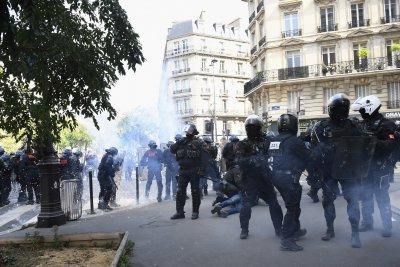 Сълзотворен газ и арести на протестите в Париж