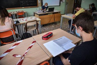 Учебни занятия в Италия се провеждат в църква поради липса на чинове