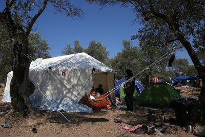 Изградиха временен лагер на Лесбос, тестват за COVID-19 всеки мигрант преди настаняване
