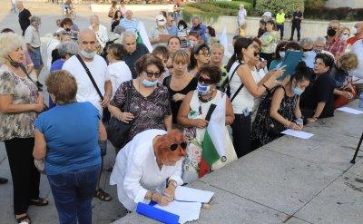 Протест пред НДК: Събират подписка за импийчмънт на президента